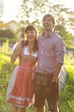 Szczęśliwa bavarian para w wieczór słońcu Zdjęcia Royalty Free