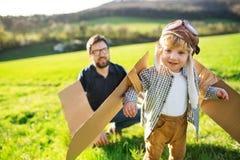 Szczęśliwa berbeć chłopiec bawić się outside z ojcem w wiosny naturze obrazy stock