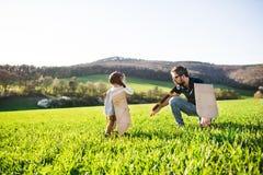 Szczęśliwa berbeć chłopiec bawić się outside z ojcem w wiosny naturze zdjęcia stock