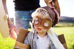 Szczęśliwa berbeć chłopiec bawić się outside z ojcem w wiosny naturze obraz stock