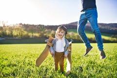 Szczęśliwa berbeć chłopiec bawić się outside z ojcem w wiosny naturze obraz royalty free