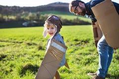 Szczęśliwa berbeć chłopiec bawić się outside z ojcem w wiosny naturze zdjęcie royalty free