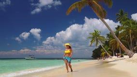 Szczęśliwa beztroska kobieta cieszy się wakacje w Saona wyspie i karaibskich plażach, republika dominikańska zbiory