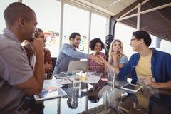 Szczęśliwa biznes drużyna pracuje wpólnie przy biurem obrazy stock