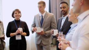 Szczęśliwa biznes drużyna przy konferencją międzynarodowa zdjęcie wideo