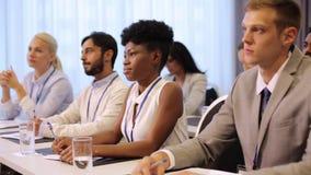 Szczęśliwa biznes drużyna przy konferencją międzynarodowa zbiory wideo