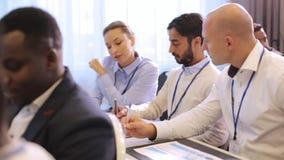 Szczęśliwa biznes drużyna przy konferencją międzynarodowa zbiory