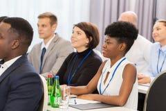 Szczęśliwa biznes drużyna przy konferencją międzynarodowa obrazy royalty free