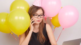 Szczęśliwa biznesowa dziewczyny odświętność opowiada na telefonie w biurze zbiory