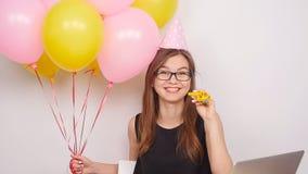 Szczęśliwa biznesowa dziewczyny odświętność w biurze zdjęcie wideo