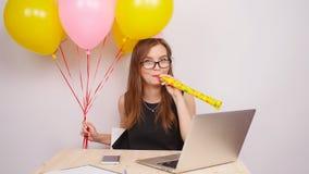 Szczęśliwa biznesowa dziewczyny odświętność w biurze zbiory wideo