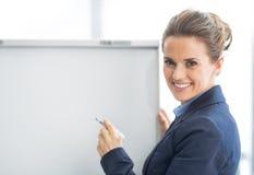 Szczęśliwa biznesowa kobieta blisko flipchart obraz royalty free