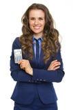 Szczęśliwa biznesowa kobieta pokazuje kalkulatora obrazy royalty free