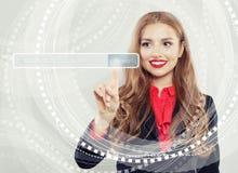 Szczęśliwa biznesowa kobieta wskazuje opróżniać adresu baru w wirtualnej przeglądarce internetowej Seo, interneta marketing zdjęcia stock