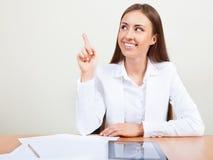 Szczęśliwa biznesowa kobieta wskazuje pomysł obraz stock
