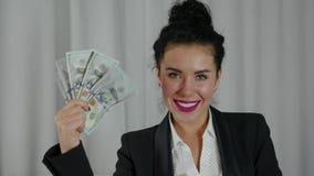 Szczęśliwa Biznesowa kobieta Wystawia rozszerzanie się gotówka zbiory