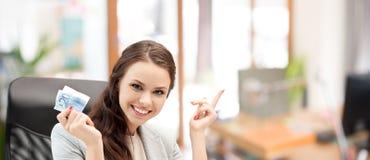 Szczęśliwa biznesowa kobieta z euro gotówki pieniądze Fotografia Royalty Free
