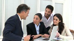 Szczęśliwa biznesowa praca zespołowa przy biurem