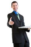 Szczęśliwa biznesowa samiec gestykuluje uścisk dłoni na laptopie Obraz Stock