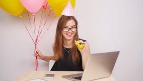 Szczęśliwa biznesowej kobiety odświętność w biurze zbiory