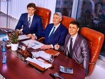 Szczęśliwa biznesowych mężczyzna szefa grupa przy biurem Zdjęcie Royalty Free