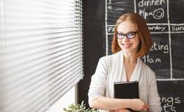 Szczęśliwa bizneswoman kobieta przy zarządem szkoły z rozkładu planowaniem obrazy stock