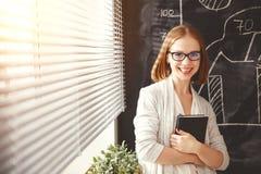 Szczęśliwa bizneswoman kobieta przy zarządem szkoły z rozkładu planowaniem zdjęcie stock