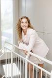 Szczęśliwa bizneswoman pozycja w korytarzu Fotografia Royalty Free