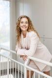 Szczęśliwa bizneswoman pozycja w korytarzu Obrazy Stock