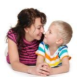 Szczęśliwa blond chłopiec z jego matką fotografia stock