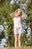Szczęśliwa blond dziewczyna z makowymi kwiatami zdjęcia stock