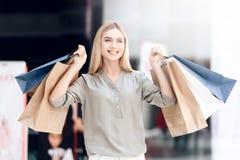 Szczęśliwa blondynka z torba na zakupy przy centrum handlowym sprzedaż obraz stock