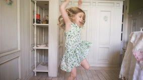 Szczęśliwa blondynki dziewczyna tanczy indoors w domu w smokingowym mieć zabawę w pogodnym białym pokoju lub dziecinu zbiory