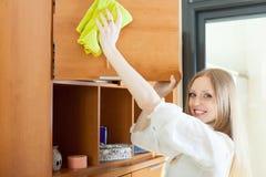 Szczęśliwa blondynki dziewczyna wyciera pył Obraz Royalty Free