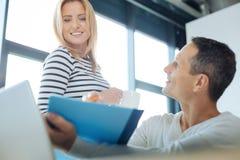 Szczęśliwa blondynki kobieta patrzeje błękitną falcówkę Obraz Stock