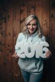 Szczęśliwa blondynki kobieta trzyma 2016 liczb Obraz Stock