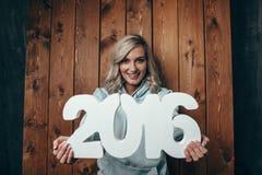 Szczęśliwa blondynki kobieta trzyma 2016 liczb Fotografia Royalty Free