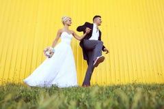 Szczęśliwa bridal para ma zabawę Fotografia Stock