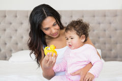 Szczęśliwa brunetka pokazuje żółtej kaczki jej dziecko Obrazy Stock
