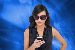 Szczęśliwa brunetka używać smartphone Obraz Stock