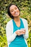 Szczęśliwa brunetka używać smartphone Zdjęcie Stock