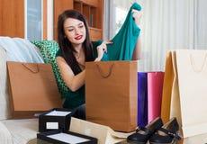 Szczęśliwa brunetki dziewczyna z zakupami Obraz Royalty Free