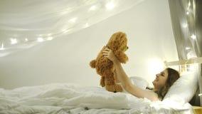 Szczęśliwa brunetki kobieta na łóżku 4k 20s zbiory wideo