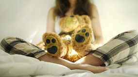 Szczęśliwa brunetki kobieta na łóżku 4k 20s zdjęcie wideo