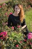 Szczęśliwa brunetki kobieta na gazonie Zdjęcia Royalty Free