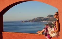 Szczęśliwa brunetki kobieta na wakacje w Sicily fotografia stock