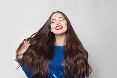 Szczęśliwa brunetki kobieta z długie włosy na białym tle Piękny model z zdrowym błyszczącym włosy obraz stock