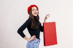 Szczęśliwa brunetki kobieta z długie włosy w przypadkowym stroju pozuje nad odosobnionym białym tłem fotografia royalty free