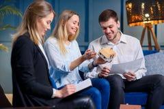Szczęśliwa caucasian kobieta i mężczyzna dyskutuje projekt na spotkaniu w błękitnym biurze zdjęcie royalty free