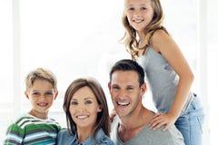 Szczęśliwa caucasian rodzina z dwa dziećmi - portret fotografia royalty free